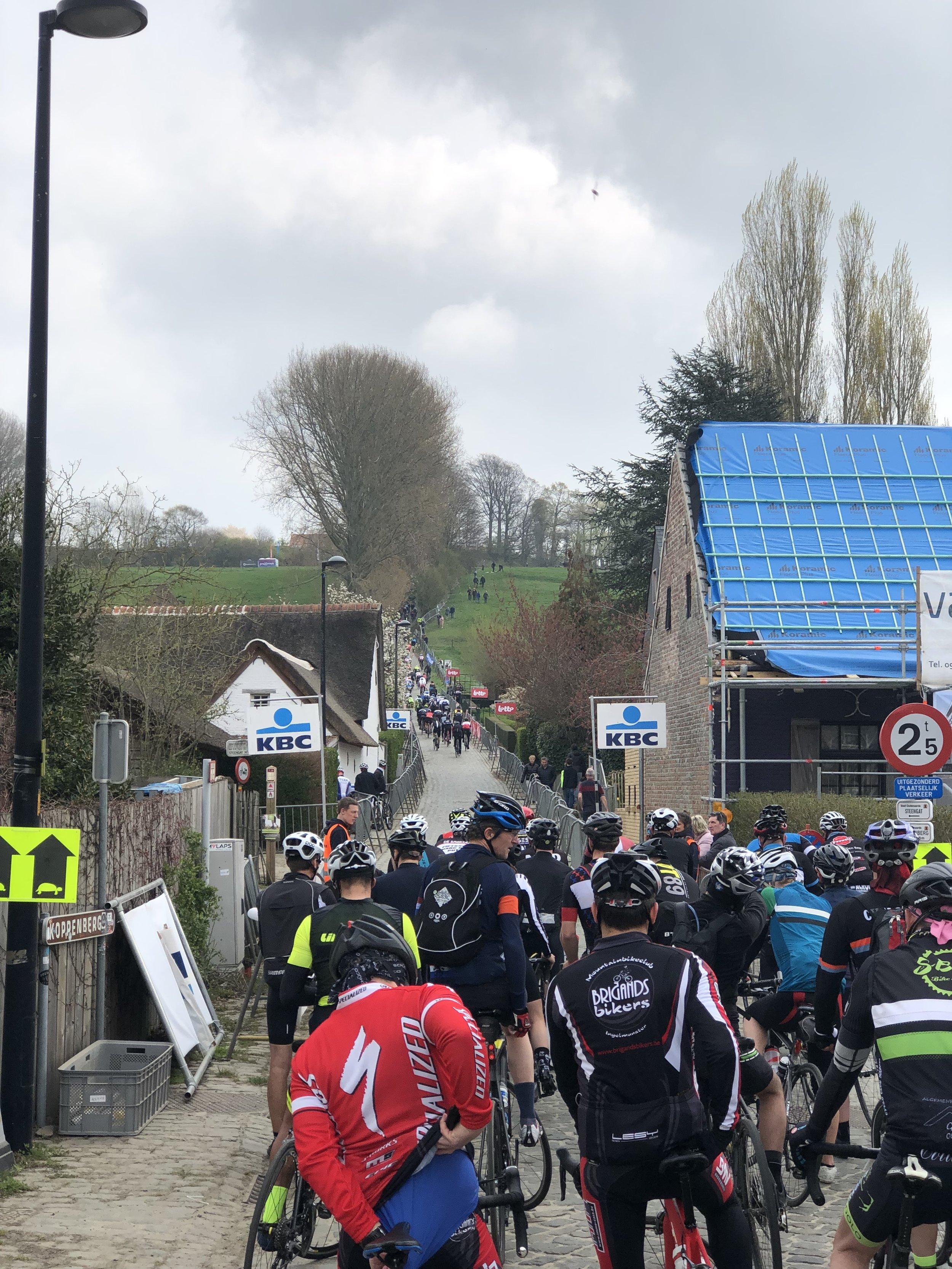 Stau am Koppenberg: Die Fahrer werden nur in kleinen Gruppen durchgeschleust, was nicht reicht, um für freie Auffahrten zu sorgen.