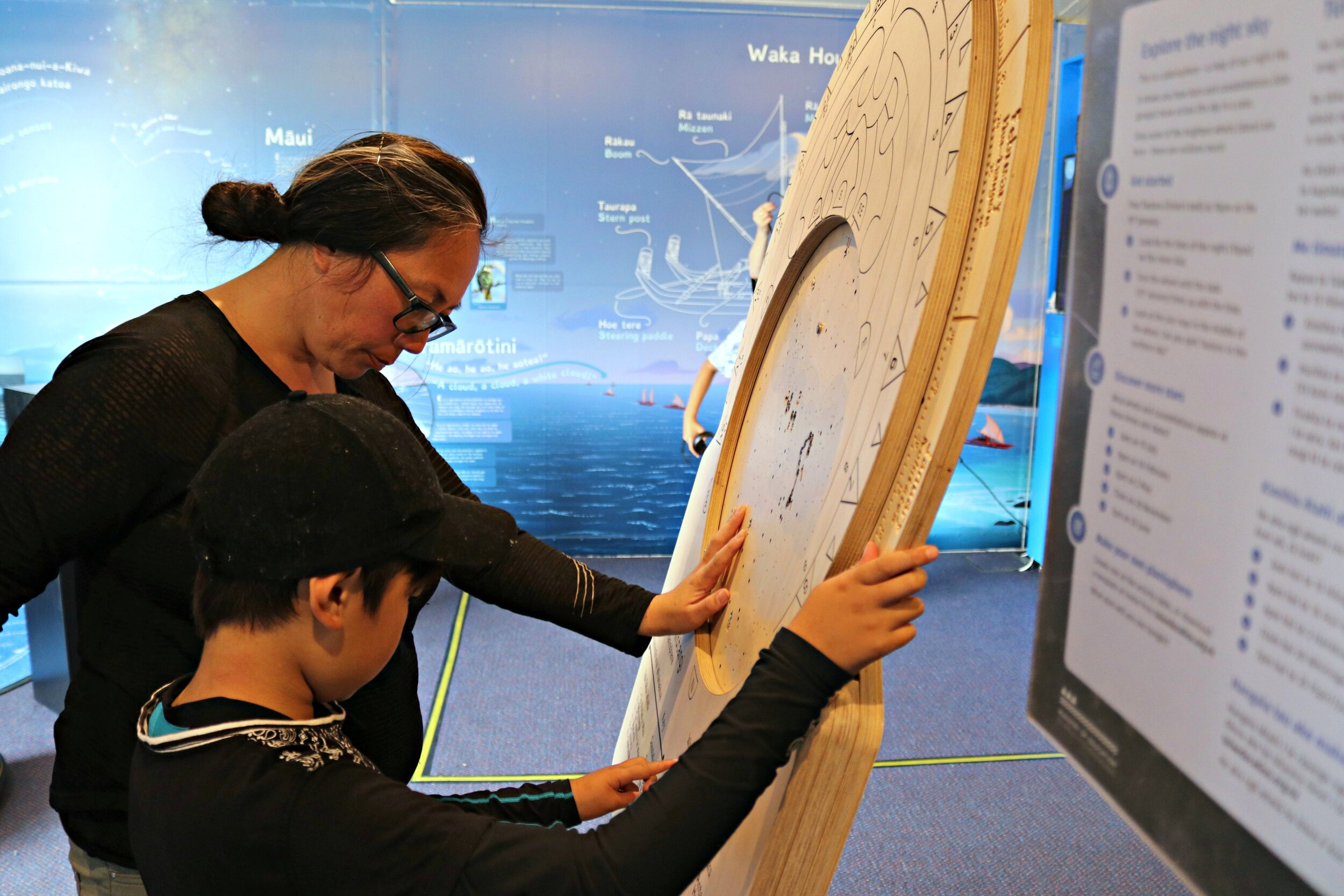 Learning with the planisphere at the roadshow in Uawa - Tolaga