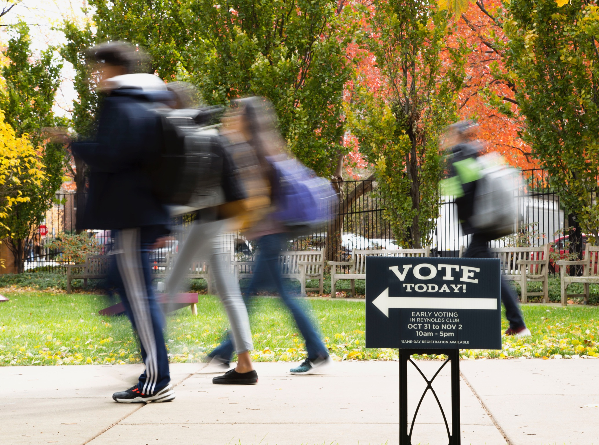 A yard sign points students to UChicago's first-ever early voting location on campus.
