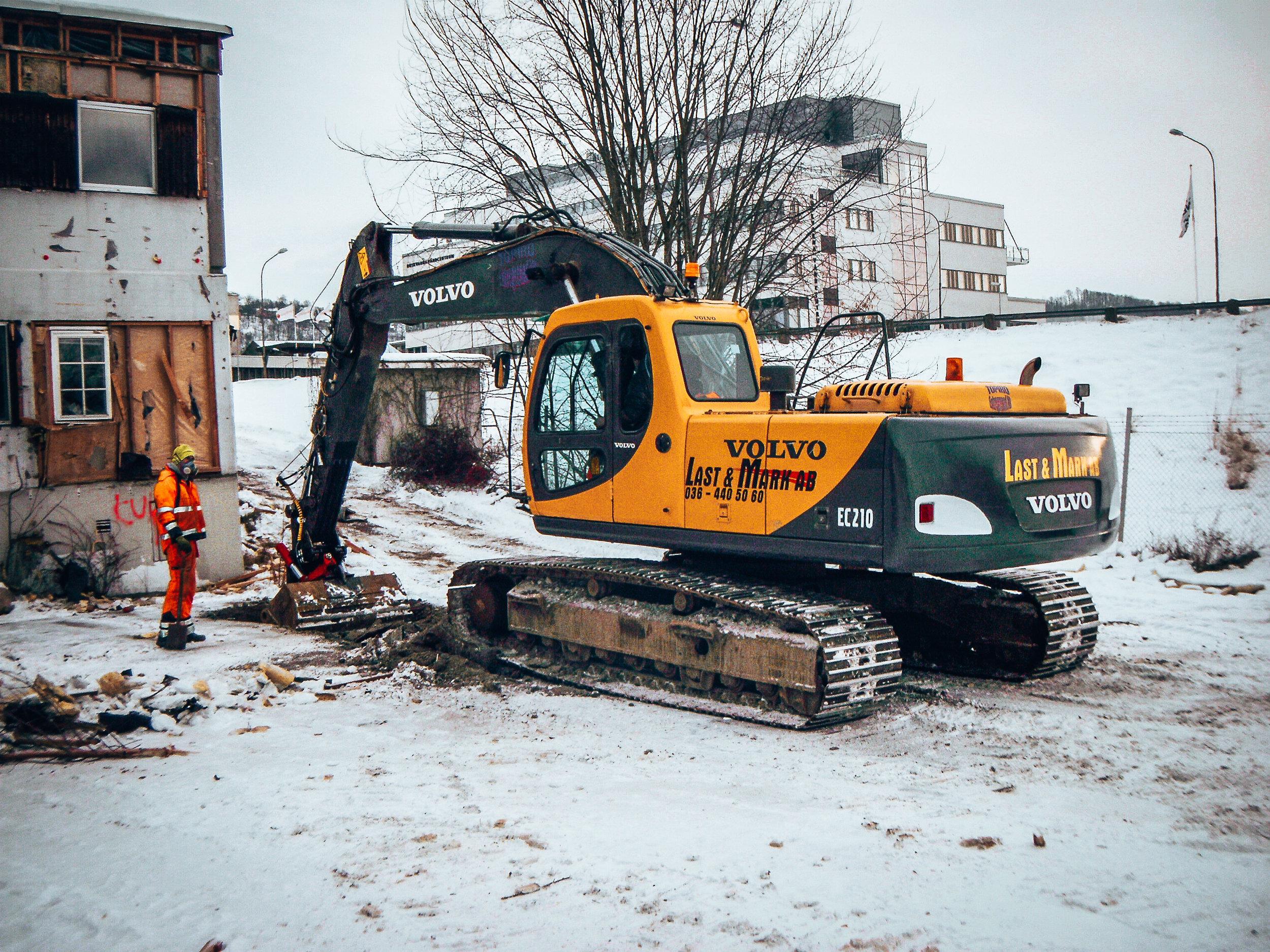 Last o Mark - … startade 1998 av Peter o Annette Juhlin. Företaget är ett transport och maskinuthyrningsföretag. I fordonsflottan finns maskiner bestående av hjullastare och grävmaskiner från 1 till 30 ton. Last o Mark har även ett antal lastbilar för transport av grus och schakt samt kranbilar och lastväxlare som är lämpliga i anläggningsbranschen. Företaget jobbar sedan 15 år tillbaka mycket med återvinning av bland annat asfalt och betong. Även jord och grus återvinns i ganska stor omfattning och sorterad anläggningsjord samt planteringsjord finns till försäljning. Vi har även en bergtäkt på Torsvik utanför Jönköping där tar vi fram grus i olika fraktioner.