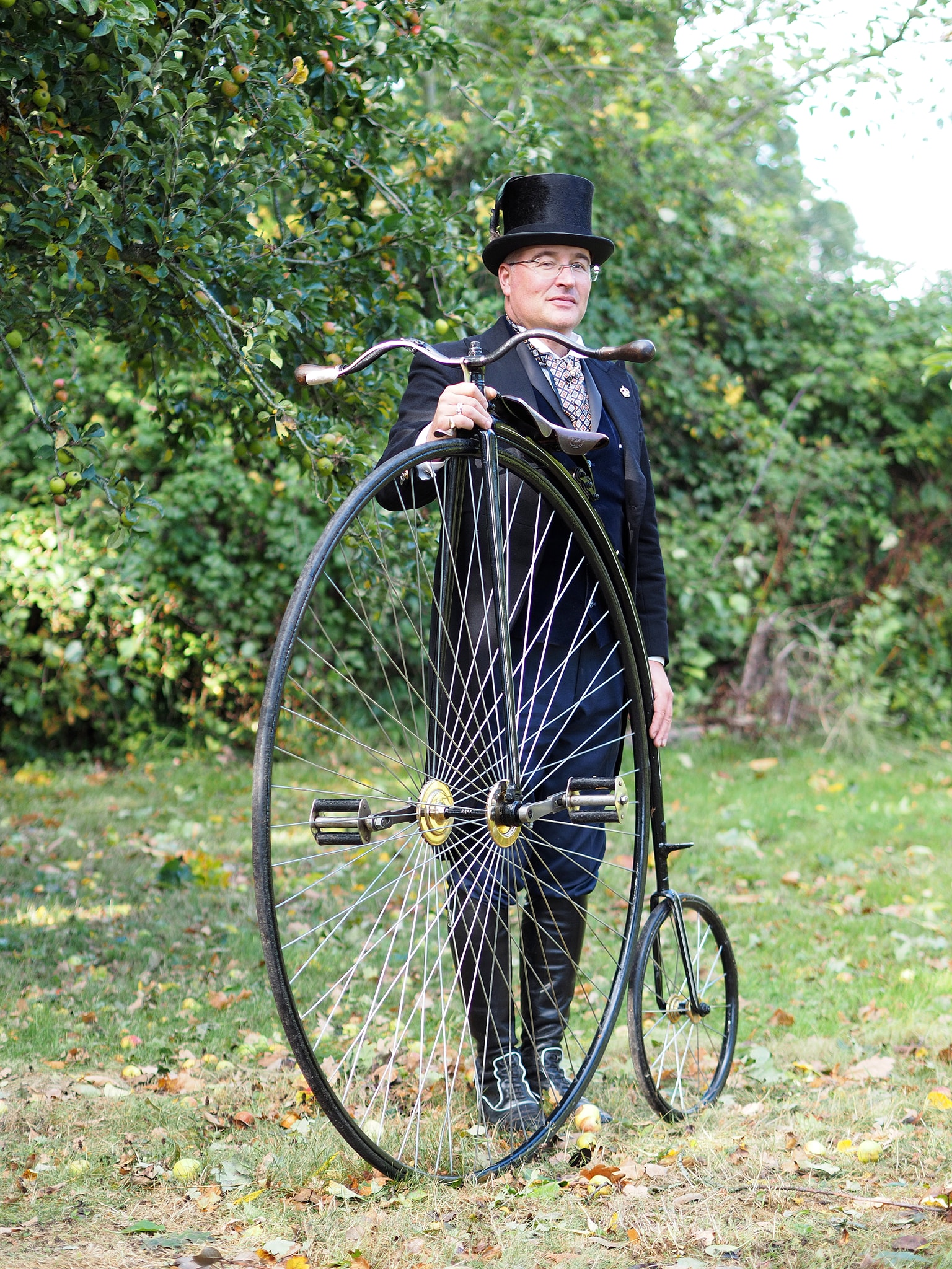 HIGH IMPACT! - With a Massive 52.6inch Front Wheel, our Full Sized Penny Farthing is an incredible sight at any location. Your visitors will be encouraged to learn, see live demonstrations and even sit upon the Iconic machine of the Victorian era.High recommendation has come from making memorable moments for everyone who has experienced Mr Phoebus