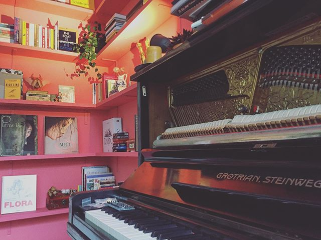 I have a very pink piano situation going on. Even the ceiling is pink. 🎟🏄🏽‍♀️🍬🌸🌷🐽👛👙🧠💒