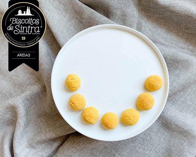 O que vê nesta imagem? Para nós é um enorme #sorriso! Na verdade somos suspeitos, pois sempre que vemos Biscoitos de Sintra, vemos um sorriso. E sorrimos de orgulho...😊 E a si, o que faz nascer aquele sorriso especial? . . #BiscoitosdeSintra #biscoitostradicionais #feitosàmão #quemprovaficafã