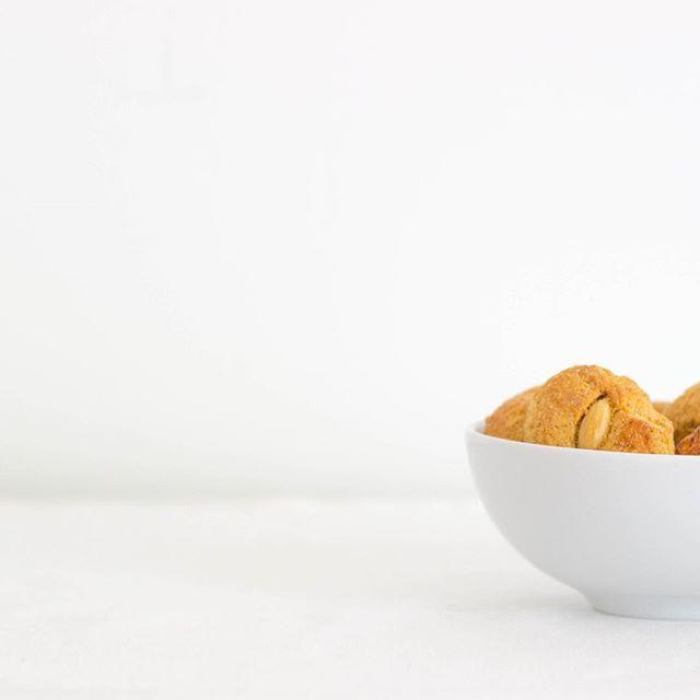 Saiba tudo sobre as nossas deliciosas #Amêndoas em biscoitosdesintra.pt . . #BiscoitosdeSintra