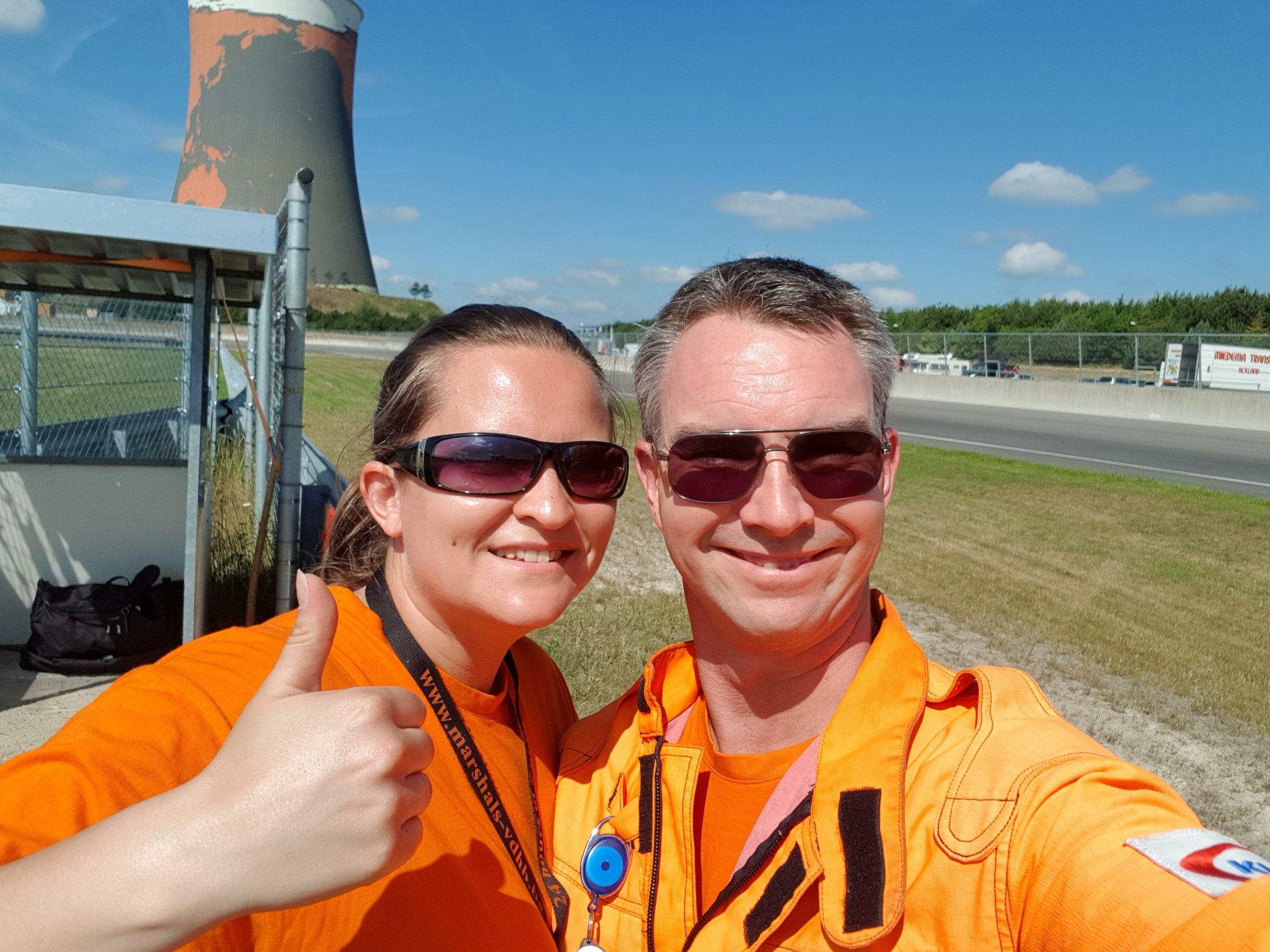 Mijn man en ik samen tijdens een autosportevenement in Meppen, Duitsland.