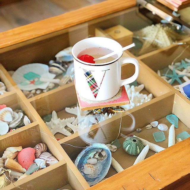 👋 What are some of your favourite things to collect? And how do you display them- if at all?! Isn't that the point of a collection?! I love ❤️ seeing my collection of my beach 🐚 🏝 finds every morning when I'm having my ☕️ (or mint tea in this photo) My coffee table is exactly my personality, and is a great way of expressing my decor style too 💕 and it reminds me of all the amazing places I've been to 🇵🇹 🇪🇸 🇲🇻 🇲🇽 🇯🇲 🇻🇪 just to name a few 😉 Let me know what you collect for fun! 💕