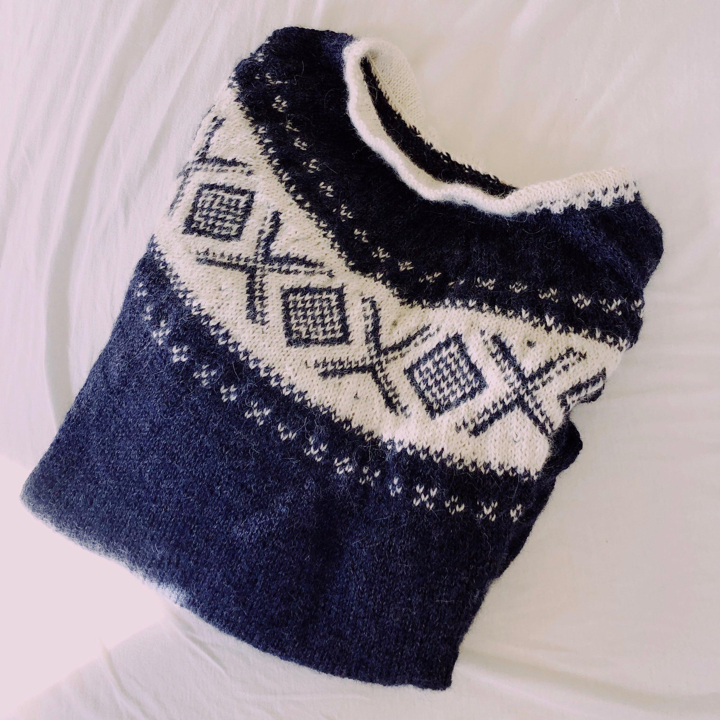 Dale Cortina genser - i alpakka forte-garn. Digg og mykt! Ikke helt perfekt, med halskant litt for stramt sydd og ulik strikkefasthet på mønsteret. Men sånn går det med første genser med mamma mange mil unna.