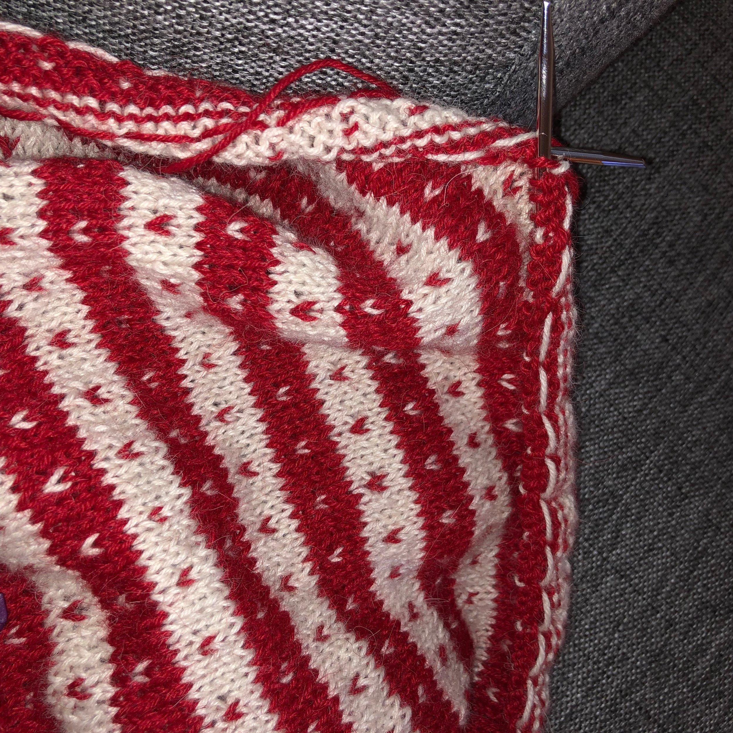 Fanagenser! Får håpe denne blir litt bedre med strikkefasthet og alt, vi får bare prøve. Kommet litt lenger nå, ikke så lenge igjen til jeg er ferdig med første arm!