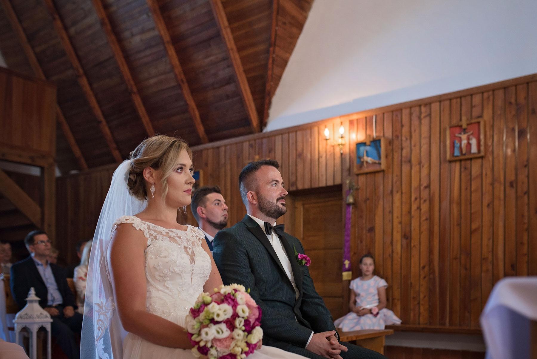 ceremonia-ślubna-w-kościele-w-górnem