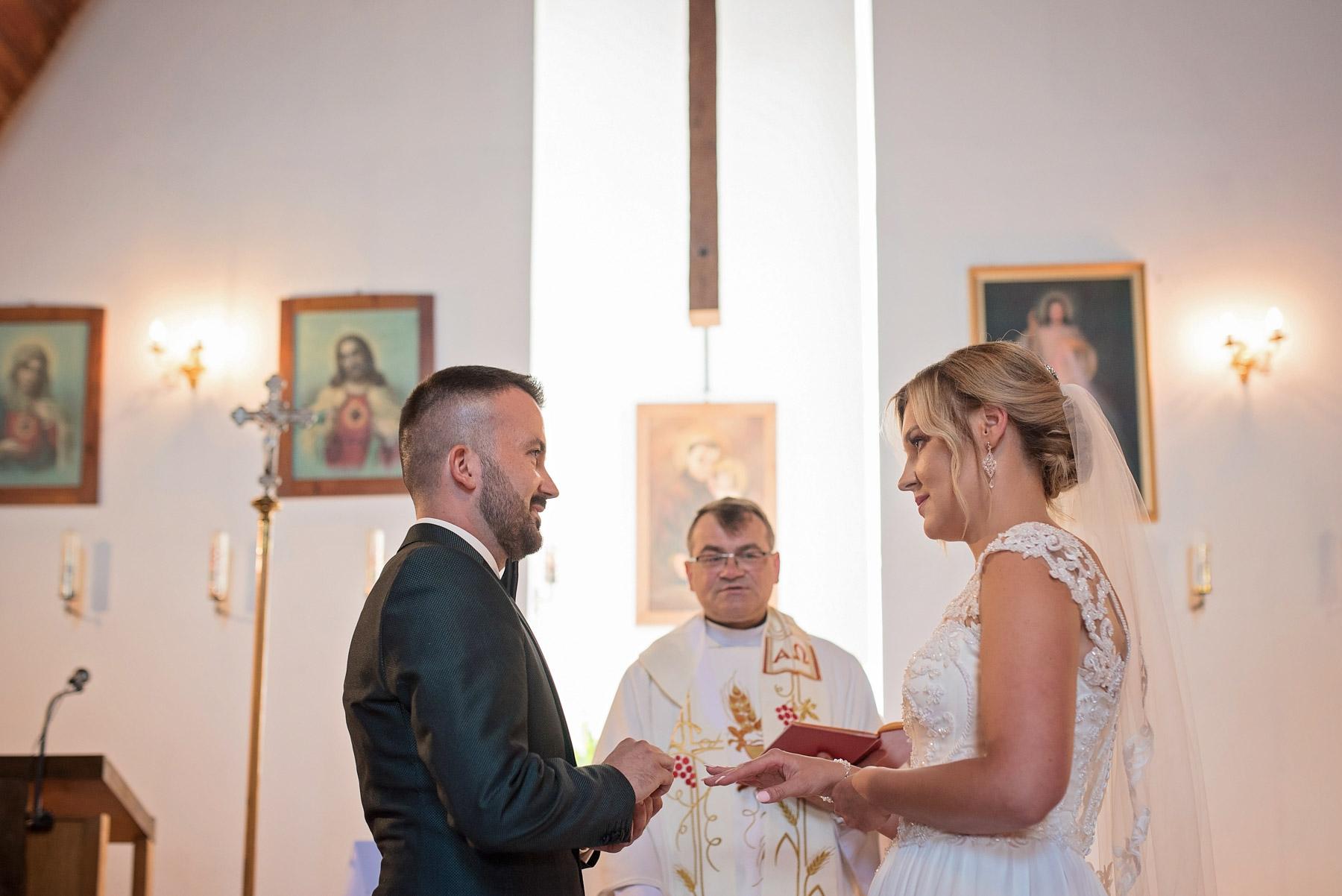 nakładanie-obrączki-ślubnej