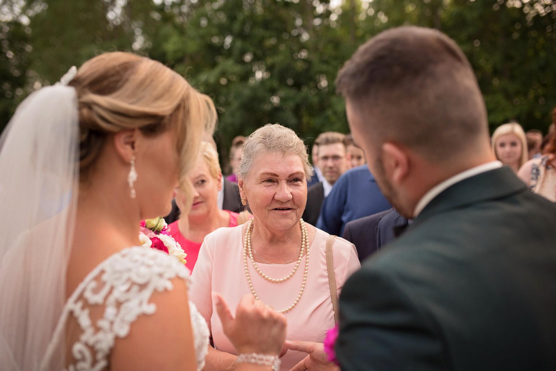 babcia-składa-życzenia-ślubne