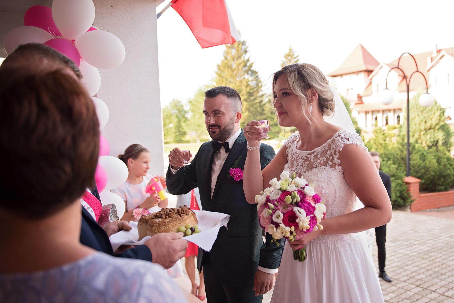 ślubne-wejście-na-salę