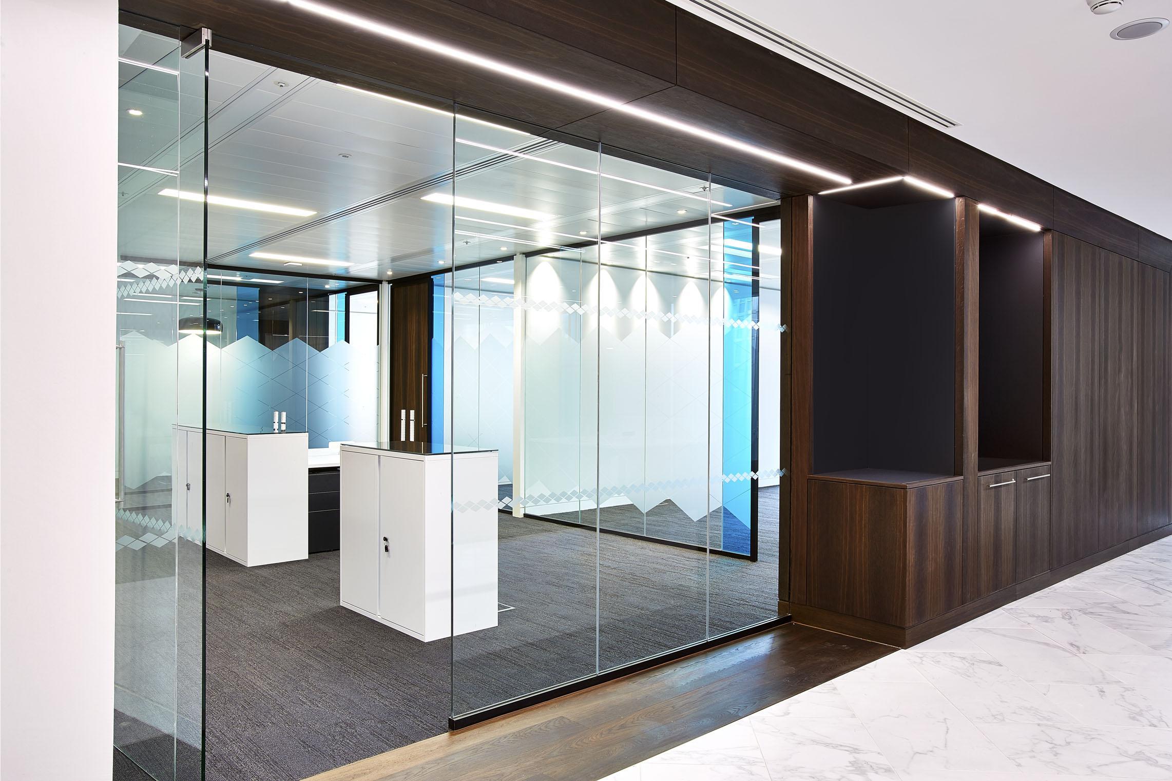 MODERN LIGHTING DESIGN FOR SOPHISTICATED WORKPLACE. - BAYERNLB, LONDON.