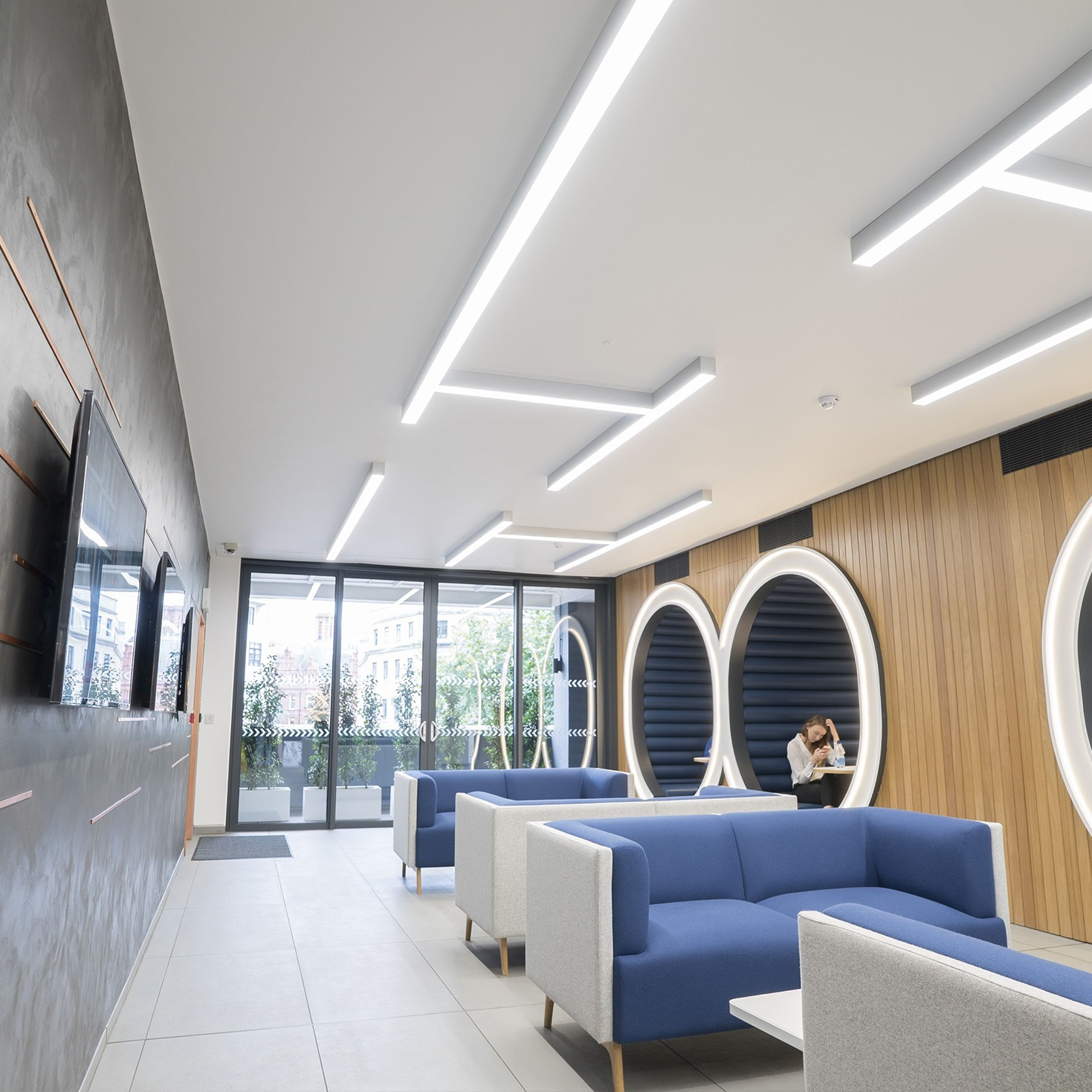 Create systems with custom angles - Lopen surface enables the design hungry environments to have true freedom with its variation of mounting styles, combinations of connections and illuminated corners.