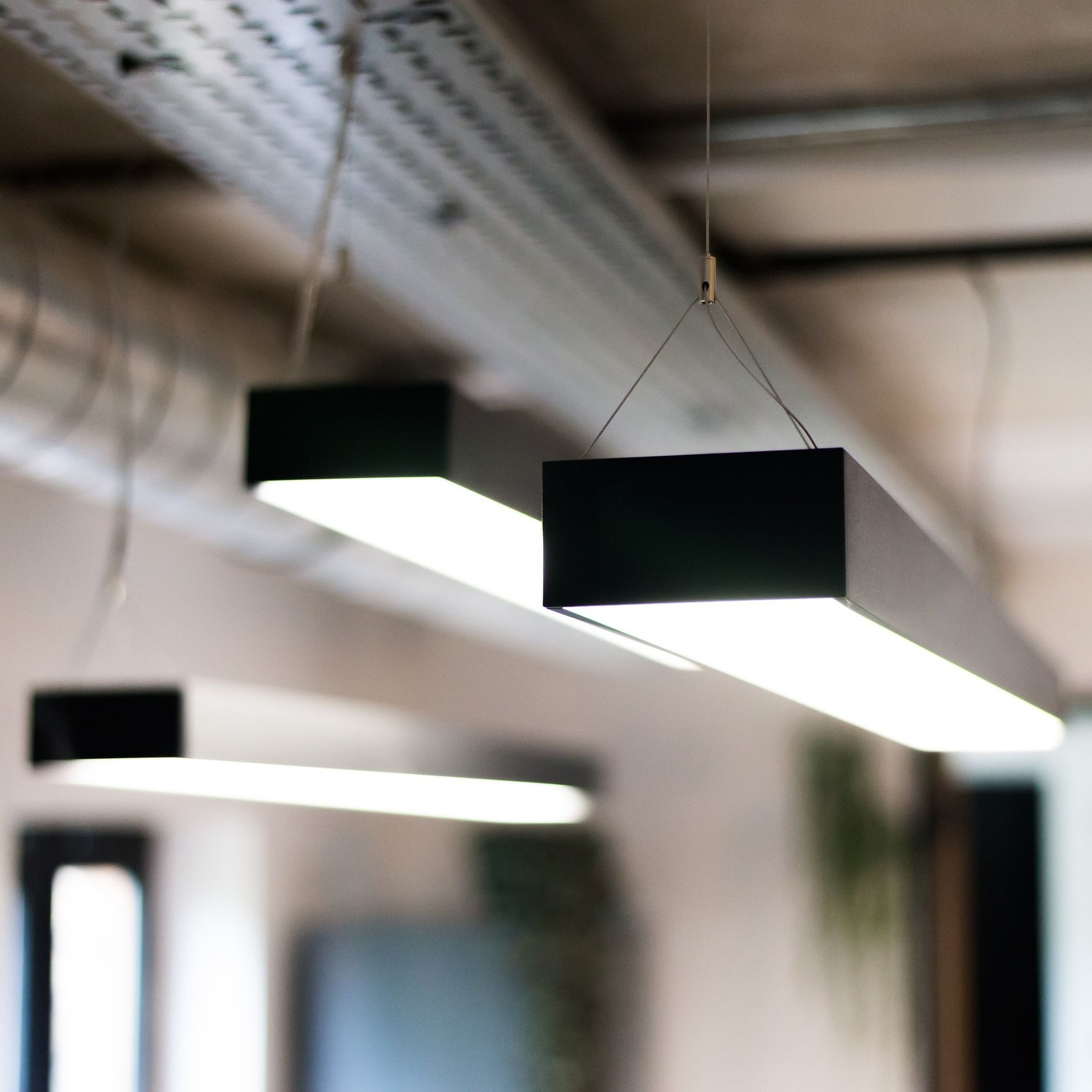 UGR <16 - The diamond prismatic lens distributes glare-free lighting with UGR<16 for a healthy working environment.