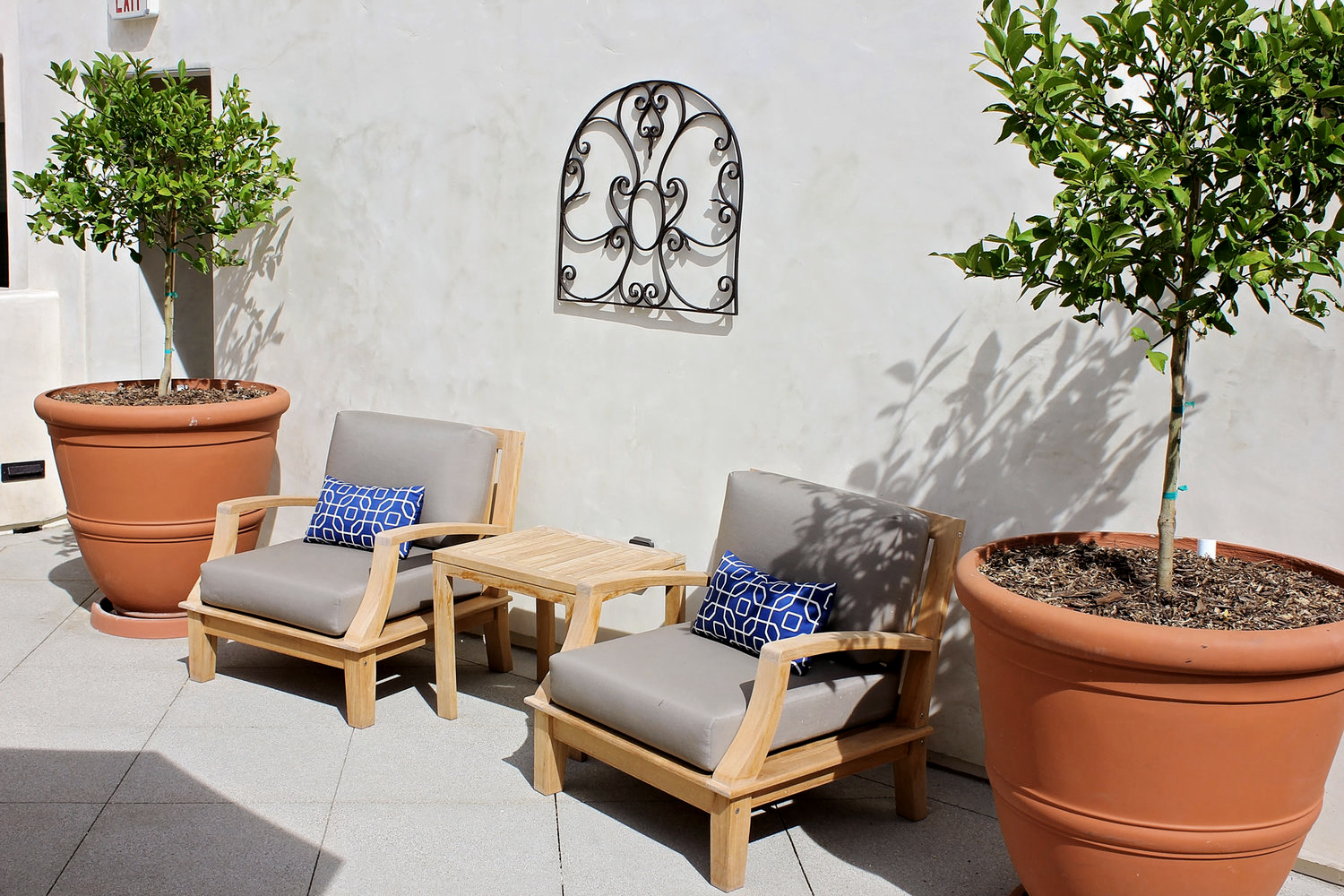2-spanish-courtyard-patio-terracotta-pot-rollins-andrew.jpg