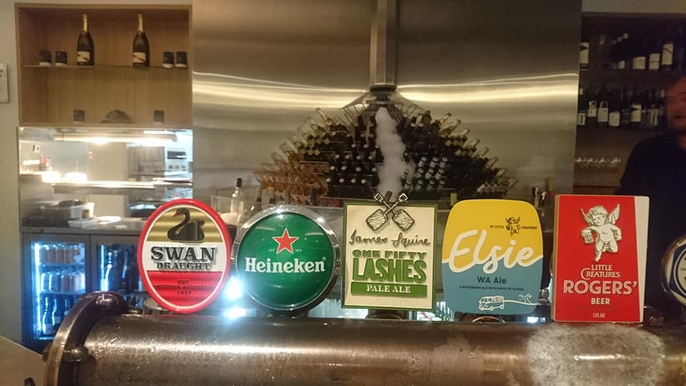 生ビールです。左にあるのは州の鳥であるブラック・スワンに因んだ地ビール。また左から④と⑤は港町フリーマントルの地ビール。
