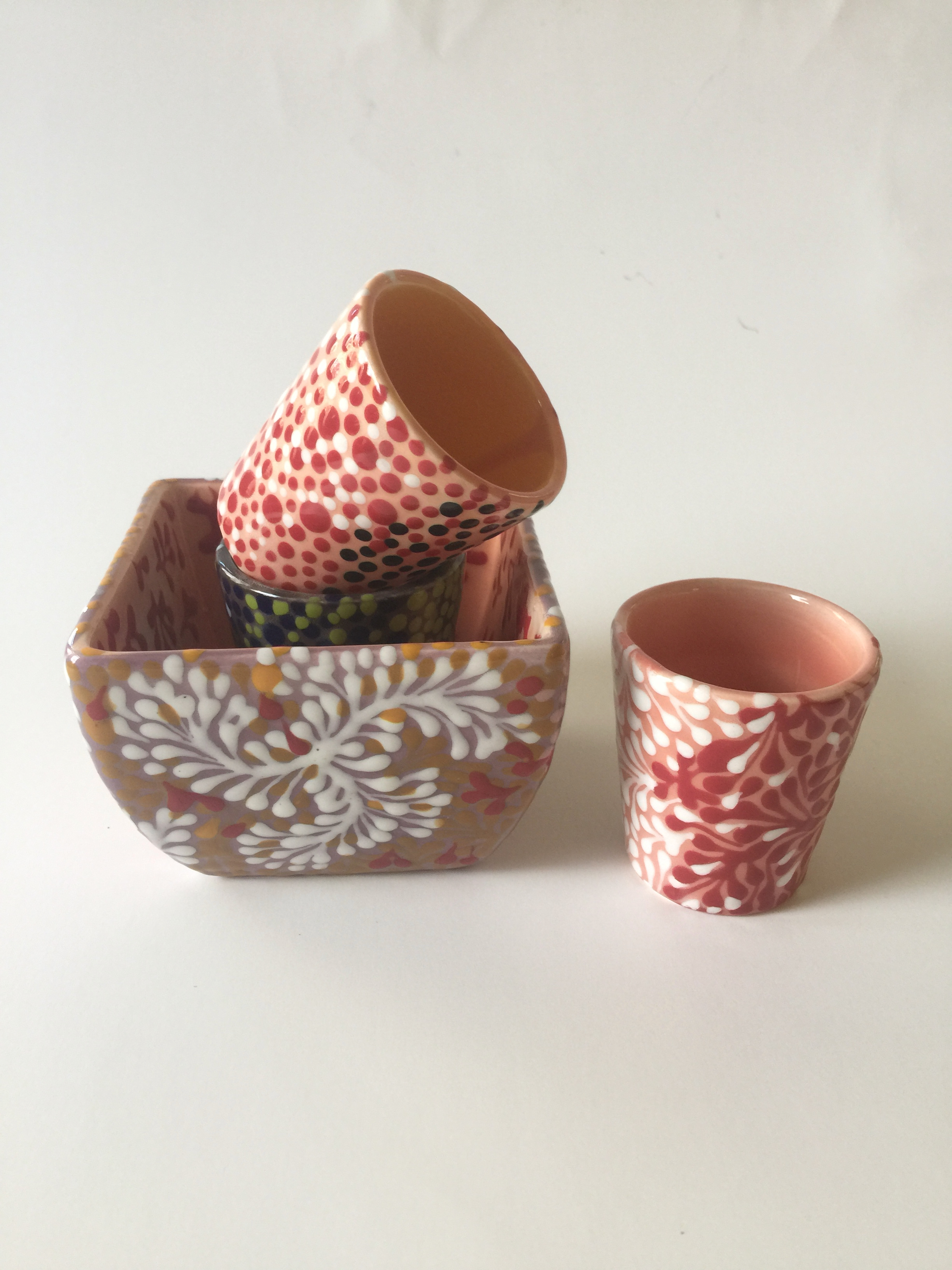 MOSS SQUARE BOWL WITH DOT WORK CUPS