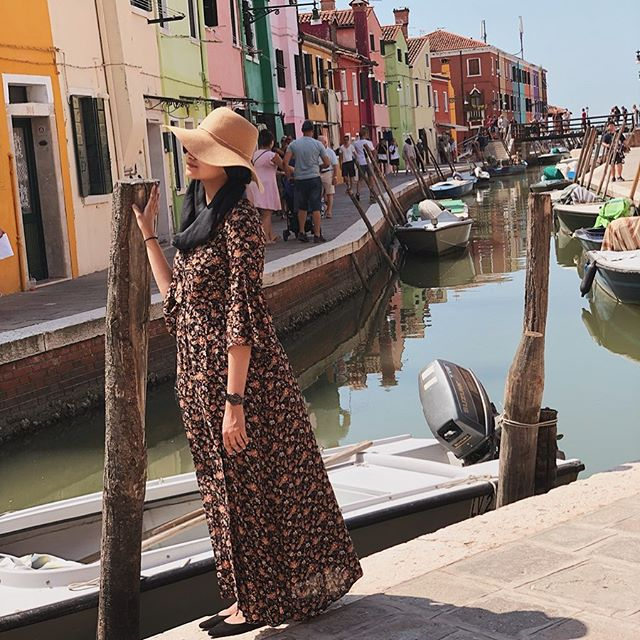 This is me fighting against the sun and the wind to take a good photo without hundreds of tourists in the back AND not wearing my sister's patience thin😂 check out my stories to see the work it takes for my sister to get a shot of me🙈 . P.s Burano is basically Bo-Kaap with a canal floating through it🚣🏼‍♂️ . . #aishapaedia #hijab #hijabblogger #modestfashionsa #southafricanblogger #fashionblogger #southafricanfashion #fashionblog #modesty #lookbook #styleblogger #blogsofinstagram #instagramblogger #capetownmag #woic #capetownblogger #blogsofsa #southafrica  #shetravelsmodestly #modestlycaptured  #modestyle #scarfstyle