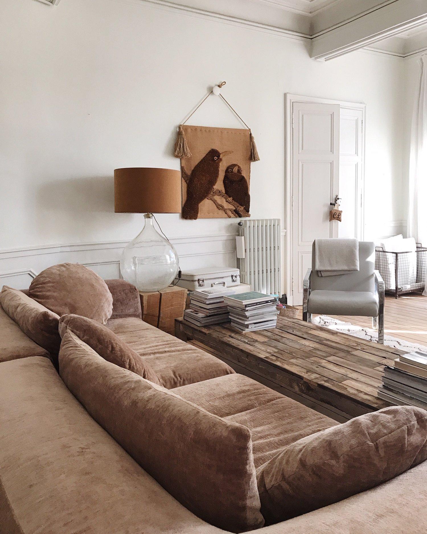 camellas-lloret-maison-d'hotes-lounge-view-rose-couch.jpg
