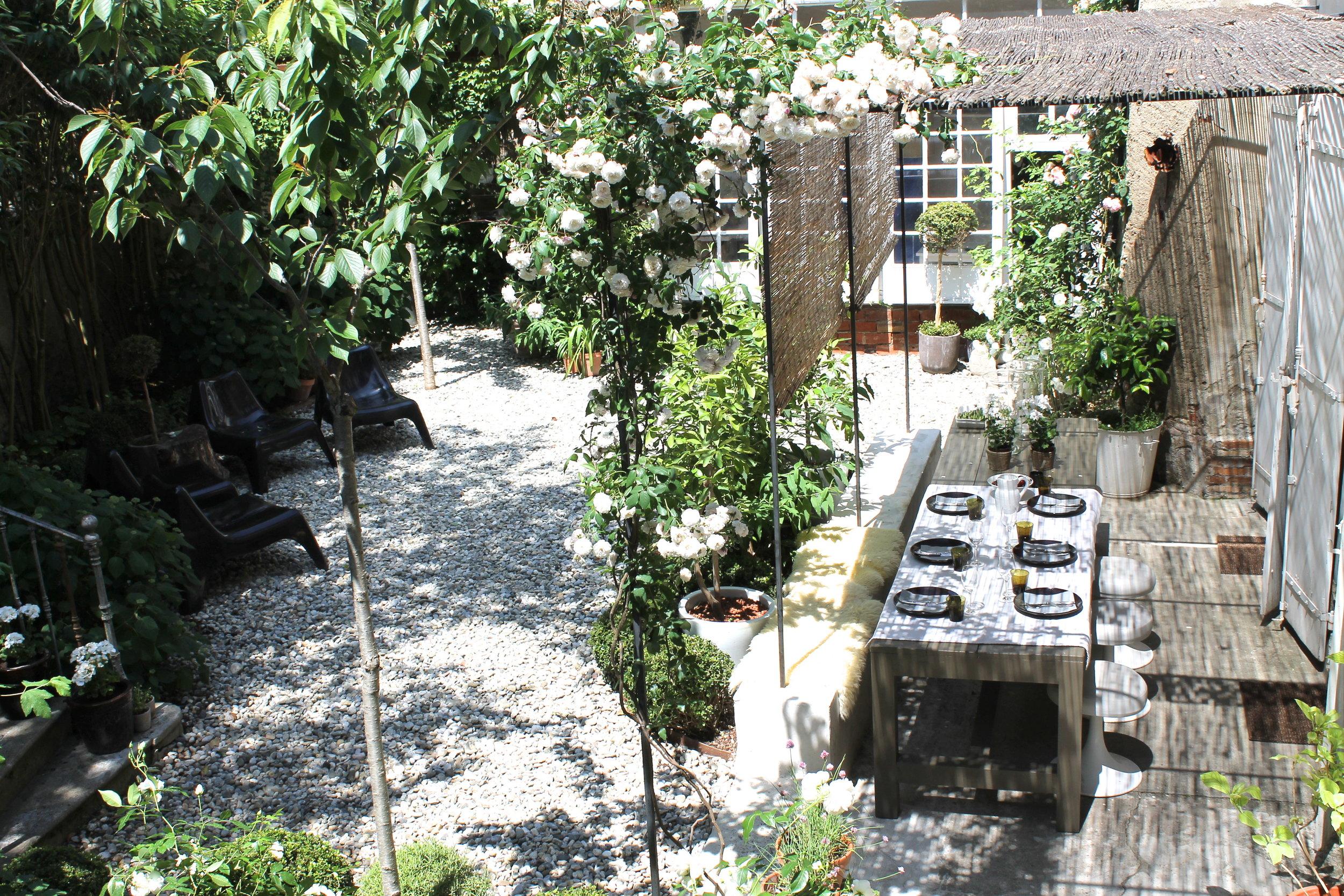 camellas-lloret-maison-d'hotes-outdoor-dining-room.jpg