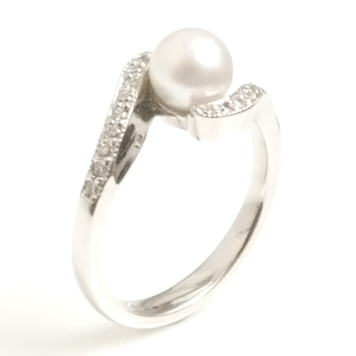 18ct White Gold Diamond and Pearl Engagement Ring 4.jpg