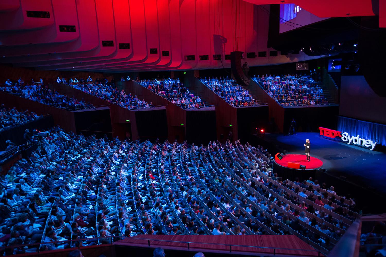 """Sobre o TEDx - Sob o lema """"ideias que merecem ser espalhadas"""", o TED criou o TEDx, um programa de eventos locais, auto-organizados, que reúne pessoas para compartilhar uma experiência semelhante ao TED. O TED Conferences provê orientações de como fazer um evento TED, mas a organização de um evento TEDx é independente. Em um evento do TEDx, há uma combinação de TEDTalks e palestrantes para gerar discussões profundas e conexões entre os participantes."""