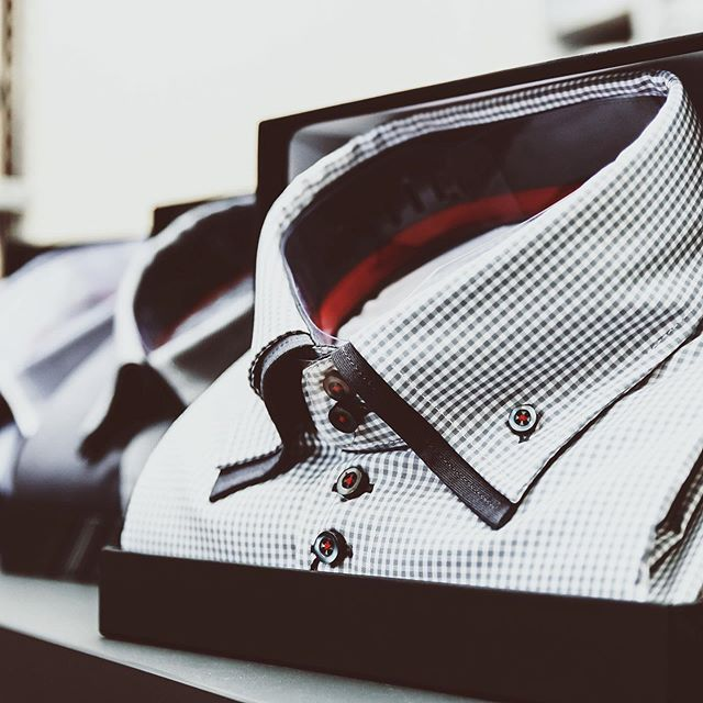 Business attire tips: when shopping for dress shirts follow these 5️⃣ factors to find the best one for you!🤔 •••• ⭐️ The fit ⭐️ The fabric⭐️ The collar style ⭐️ The buttons & cuffs⭐️ The color & pattern