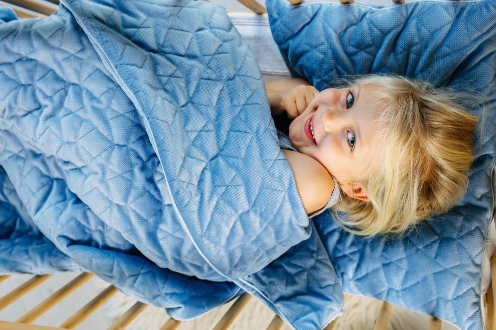 kocyk-velvet-dwustronnie-pikowane-gwiazdki-niebieski-z-poduszka-80cm-x-100cm+%281%29.jpg