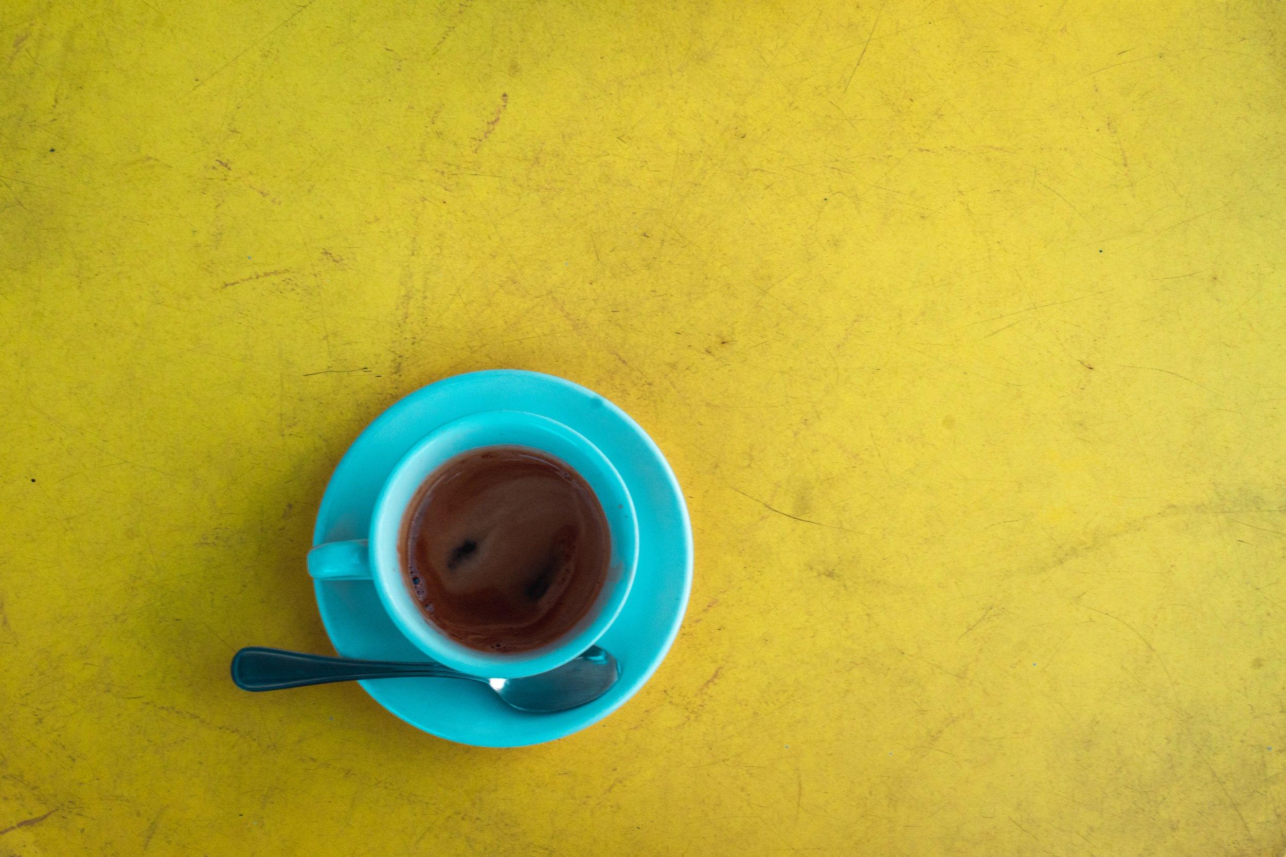 VEN A TOMAR UN CAFE.VETE CON UN AMIGOY CUATRO PANECILLOS. -
