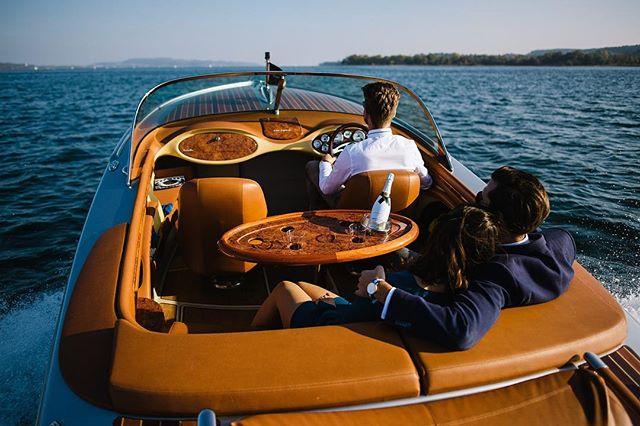 Hast du Lust mit auf die #deesseedulac zu kommen und  den leeren #Bodensee in der Abendsonne zu genießen mit einem Schluck Champagner? Wir erwarten dich z.B. in #konstanz und freuen uns auf eine gemeinsame gute Zeit an Bord ☀️ . . . . . . . . #pegiva #pegivaboats #classicboatshootings #elmarfeuerbacherphotography #retroboat #shooting #enjoyyourlife #timefortwo #giftforwife #giftformen #giftforlove #lakeofconstance #weddingboat #shootingideas #bodenseeerleben