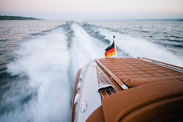 Enjoy the power of our MerCruiser 350 MPI engine 😎 300 HP with a deep sound... #feelit 😊 . . . . . . . #motorboot #motorbootshooting #pegiva #elmarfeuerbacher #enjoythemoment #bodensee #weddinginspiration #lakeofconstance #elmarfeuerbacherphotography #konstanz #fotografkonstanz #brasseriecolette #classicboatshootings