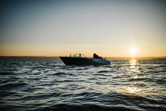 Enjoy the #sunset on the water with #classicboatshootings ☀️ . . . . . . #elmarfeuerbacher #enjoythemoment #bodensee #konstanz #weddinginspiration #motorbootshooting #pegiva #elmarfeuerbacherphotography #brasseriecolettekonstanz #lakeofconstance #konstanzerleben #hochzeitsideen #luxurylifestyle #erlebnisshooting #geschenkideen