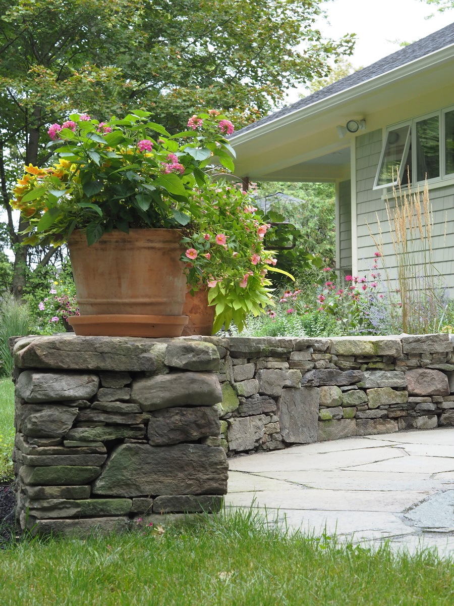 Top quality retaining wall made of natural Vermont stone