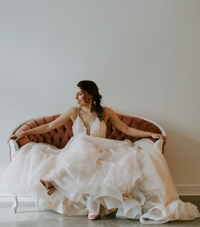 Sharing another favourite from our March venue feature shoot with @thepioneeryyc! Every bride needs a pink couch - the perfect compliment to this stunning blush gown from @rococobrides ✨ Check out the full venue feature on our blog! Link in bio. • Design & Styling: @abweddingcollective + @orangetrunk  Rentals and Decor: @orangetrunk  Photography: @alyselakemanphotography Florals: @branchesandvinesfd  Dresses: @callablanchedress x @rococobrides  Makeup: @jdbeauty_co  Hair: @kimberley_u  Accessories: @apostle_boutique  Stationary: @heretherewebstudio  Cake: @youhadmeatcupcake  Venue: @thepioneeryyc Model: @brittanysuefournier