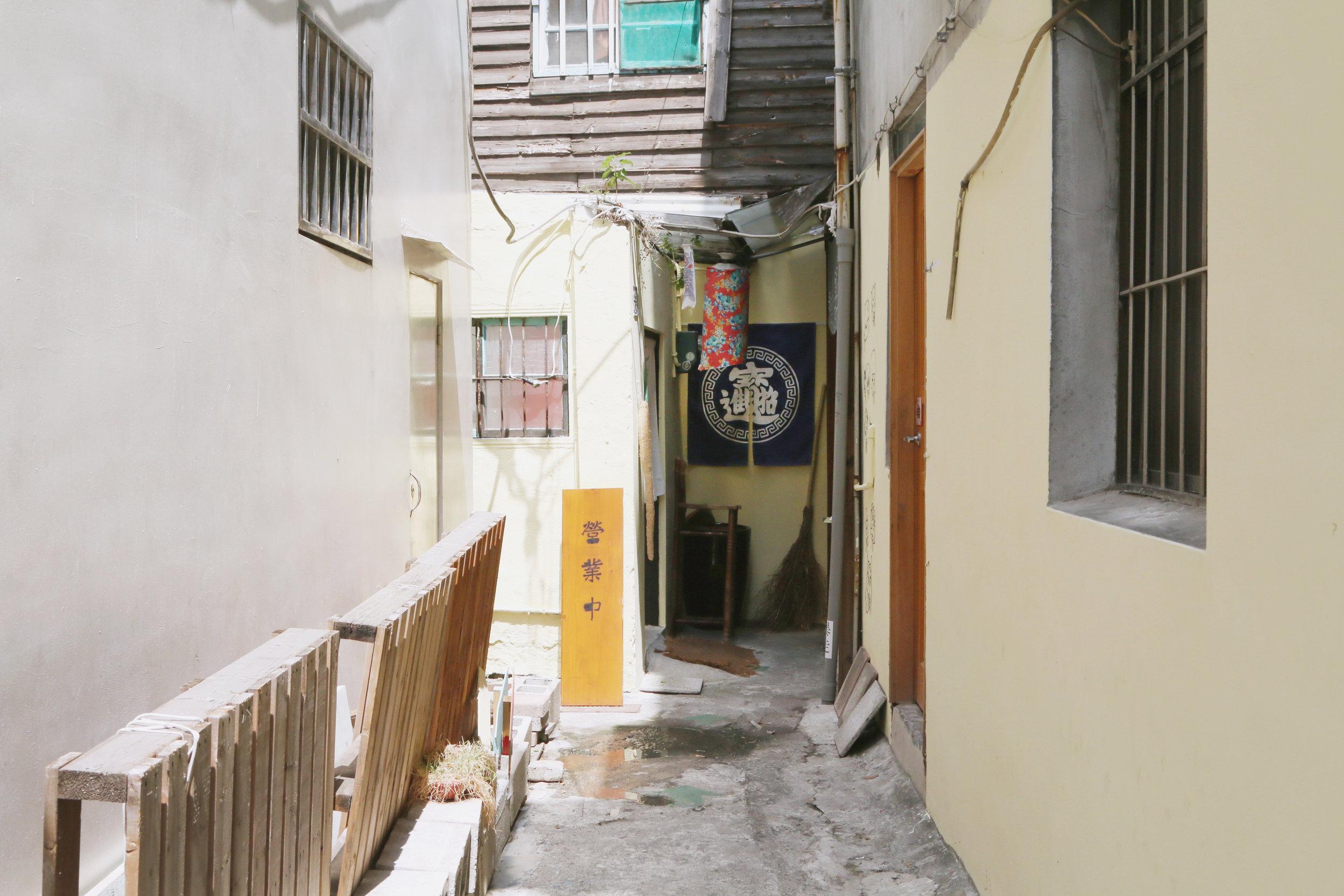 店面的位置是在小巷裡的小弄內,如果沒有放招牌的話很難被路人發現。
