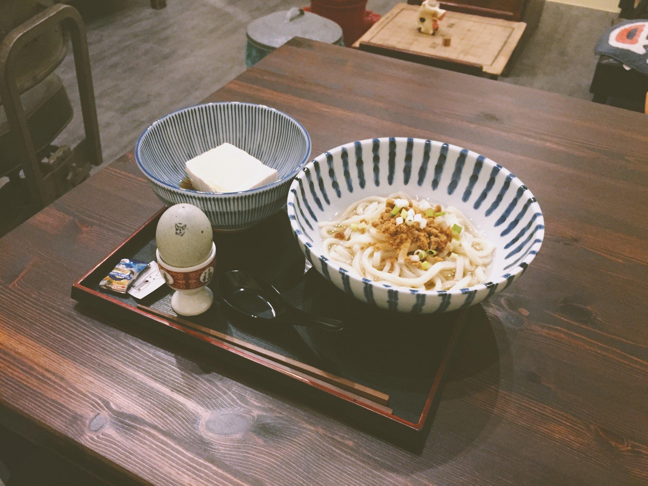 招牌的「髒腳麵」送上桌,還需要自己 DIY 最後一步驟,才能體驗美食。