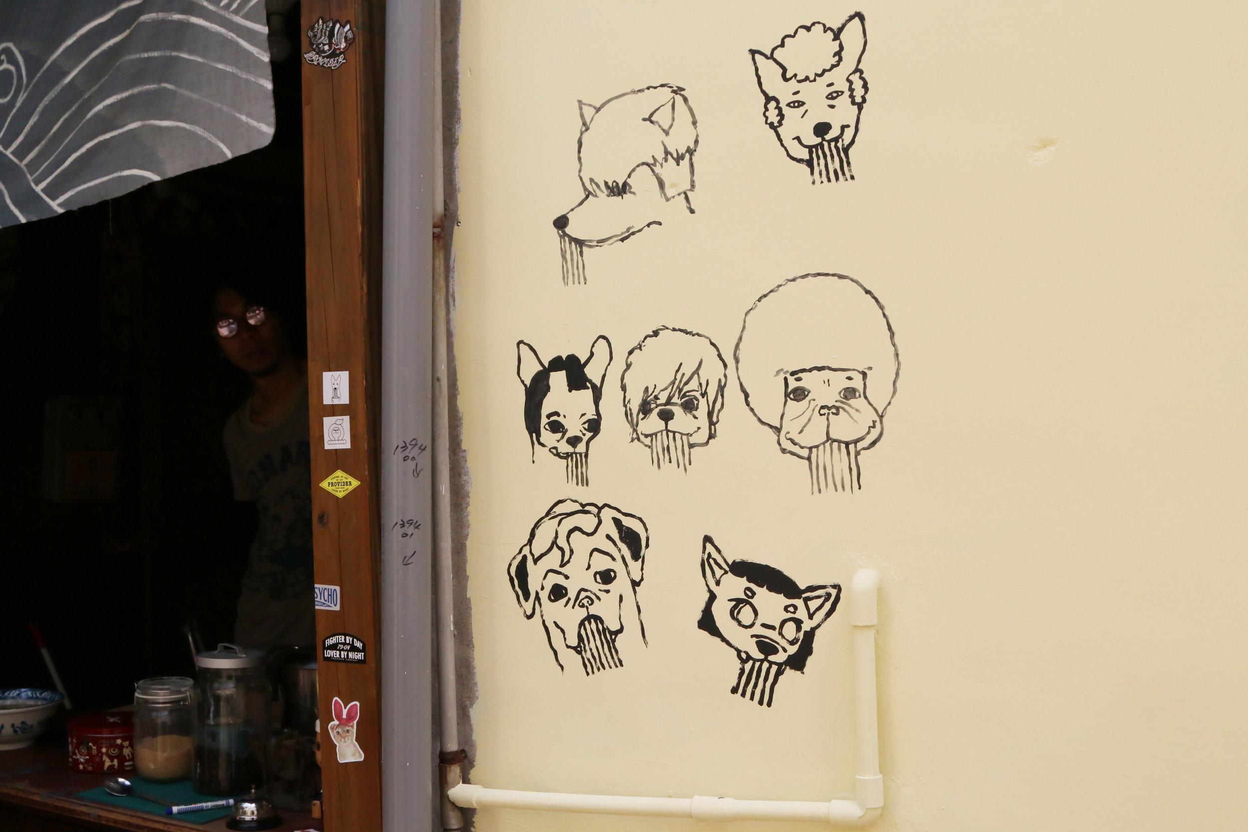 店內外出現的狗狗插畫,就是髒腳弟弟與楊鴨鴨,是老闆自己繪製的,店內還有販售特製明信片。