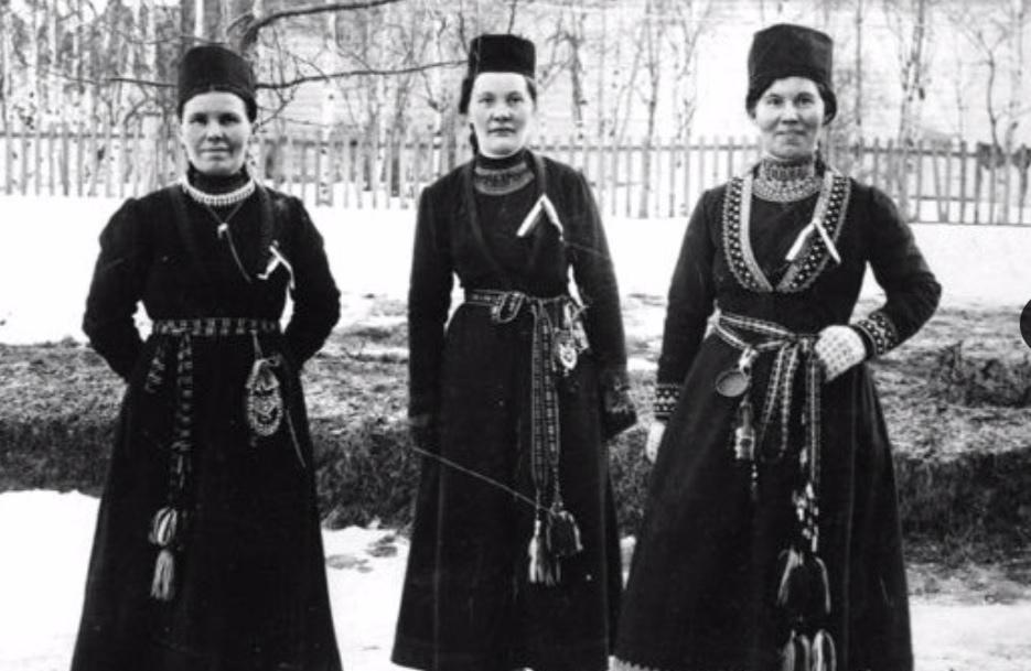 Fr.v: Sara Maria Norsa, Elsa Aurora Jonsson och Karin Stenberg på Samernas Landsmöte i Östersund 1918. Foto: Arvidsjaurs kommuns bildarkiv