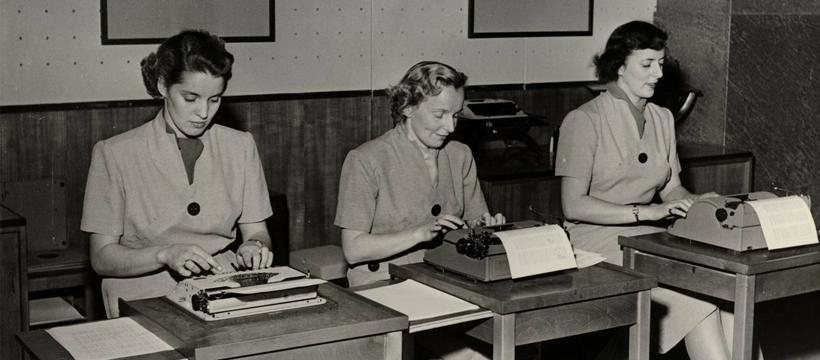 Bilden föreställer en modevisning av kontoristkläder på Nordiska Kompaniet. Foto: Erik Holmén/Nordiska museet 1952.