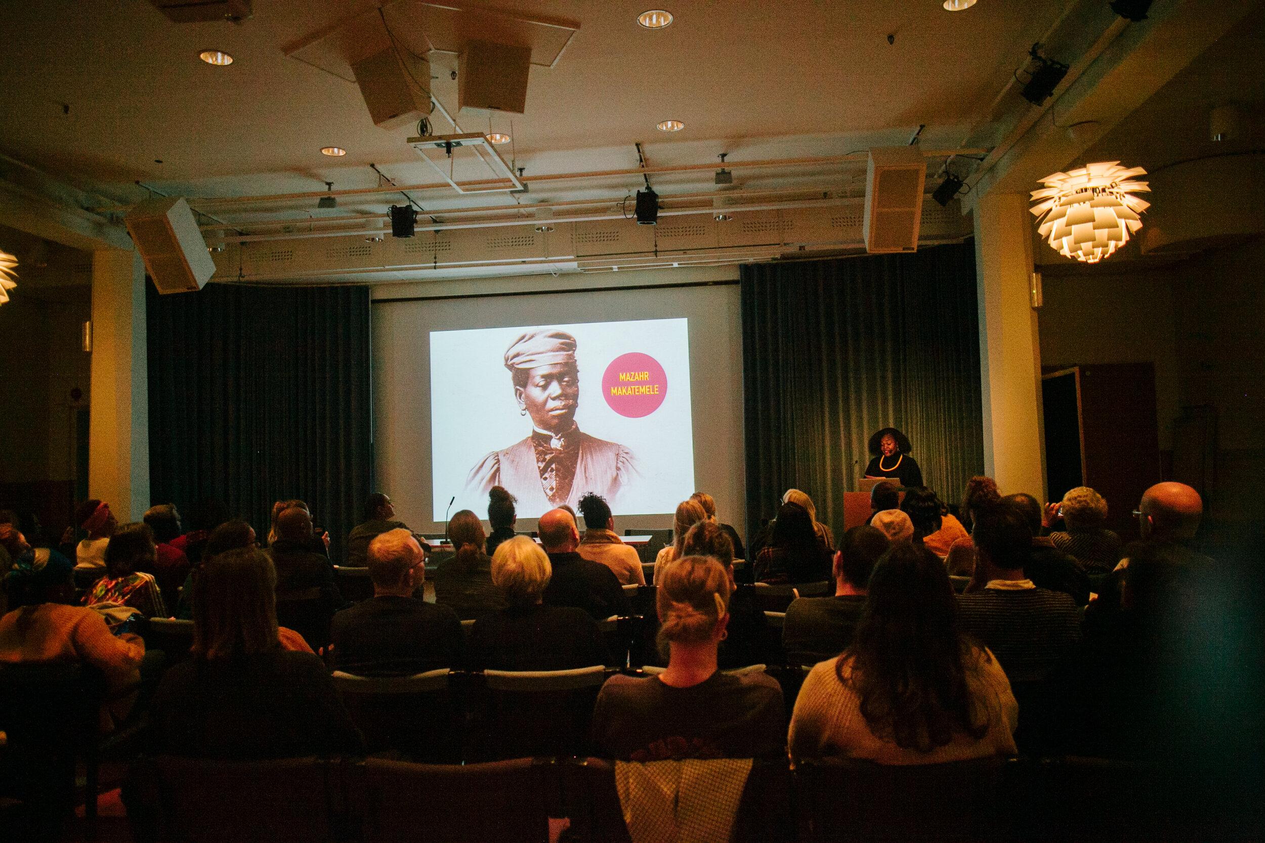 Rafaela Stålbalk Klose föreläser. Foto: Sandra Åhman/Stockholms Kvinnohistoriska