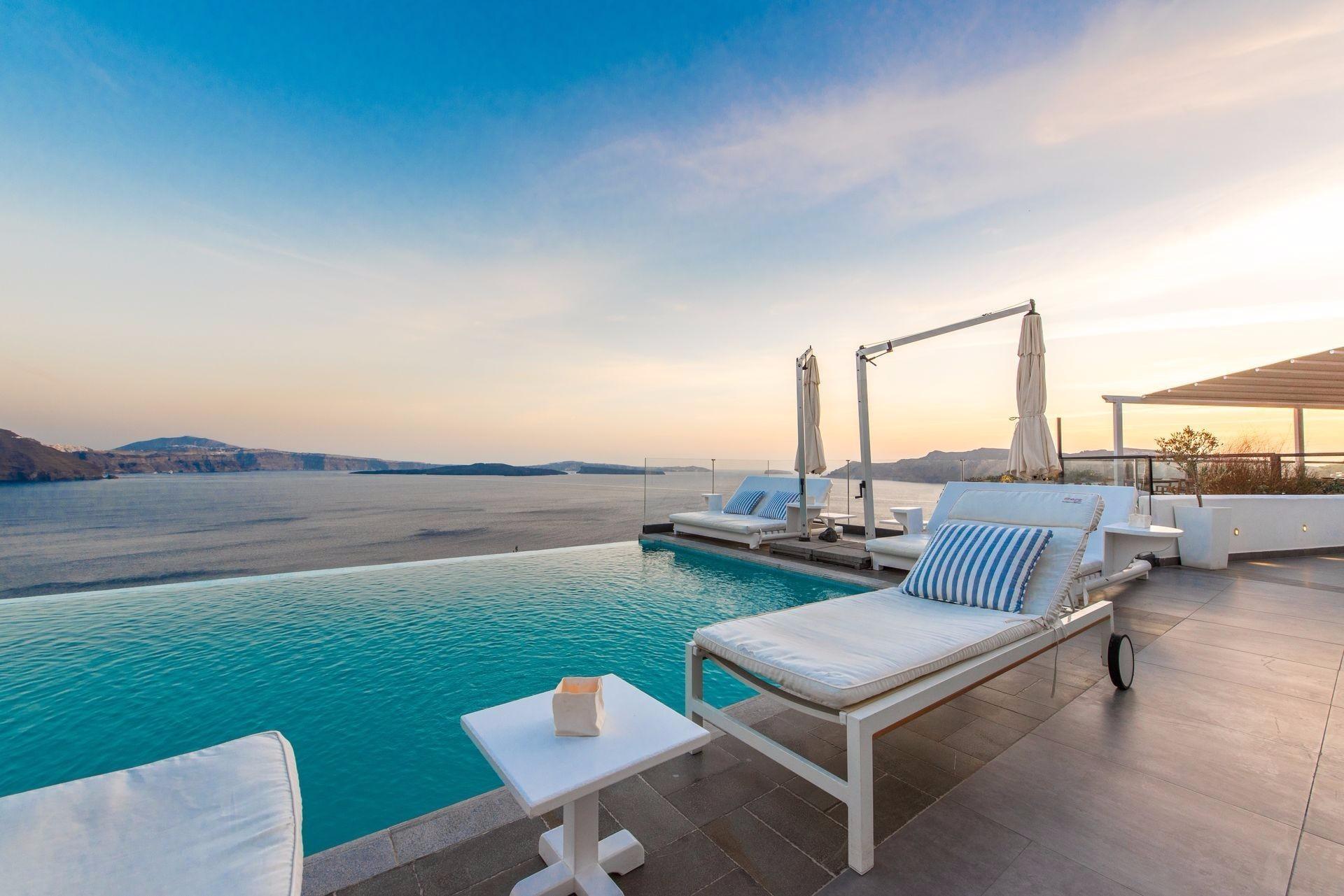 luxury-hotel-in-santorini.jpg
