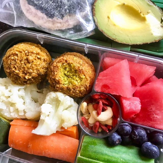 Falafels, cauliflower, carrot, zucchini, cucumber, blueberries, watermelon, goijs + cashews, avo, rice cakes + nori. -
