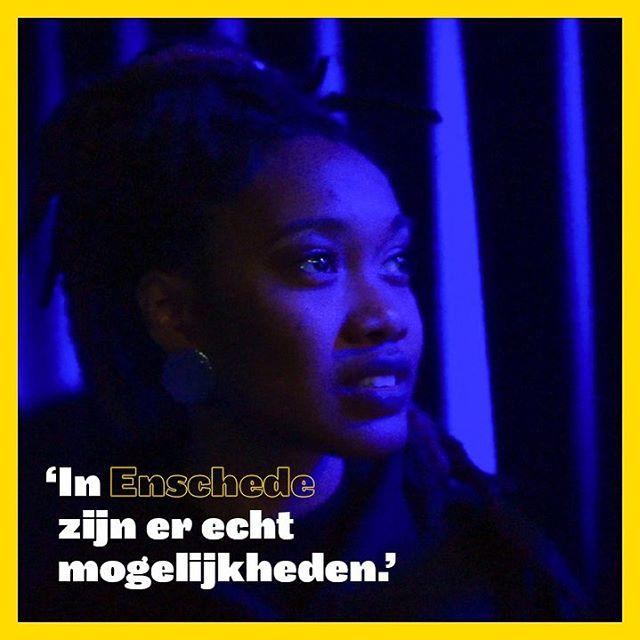 'Ik ben pas drie jaar in Enschede, maar heb in die tijd wel kunnen groeien van iemand die helemaal vreemd was in de stad, tot iemand die door random mensen op wordt gegroet. In Enschede zijn er echt mogelijkheden', zegt zangeres A Mili. .Klaar om in 6 maanden tijd te leren over sociaal ondernemen en tegelijk iets terug te geven aan leeftijdsgenoten in jouw Enschede? Check de link in bio en meld je vóór 20 april aan als Nieuwe Baas!#nieuwebazen