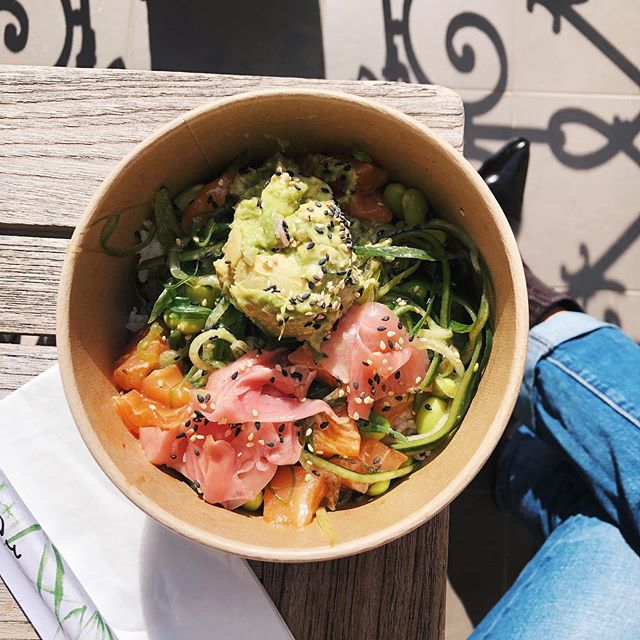 It seems it's slowly time again to enjoy lunch outside. What better way than to grab a poke bowl at @kaisin.food Where's your favorite place to grab a bite in the sun? #pokebowl #lunchtime #humpday