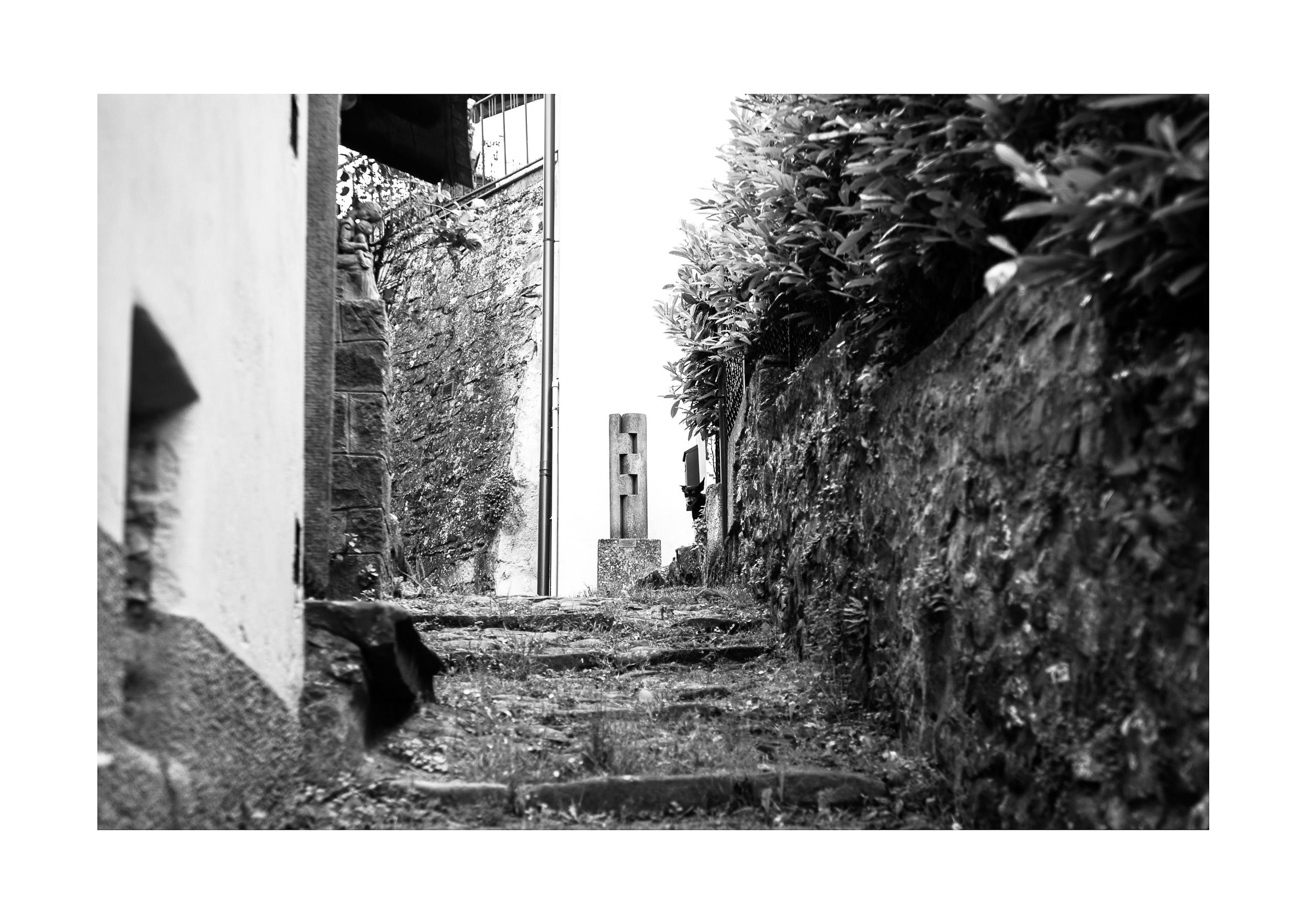 """La via delle artiste donne a Castagno, con le sculture """"La madre"""" di Chiara Coda e """"L'unione"""" di  Diana Baylon  - Foto: Rachele Salvioli, 12 Maggio 2019"""