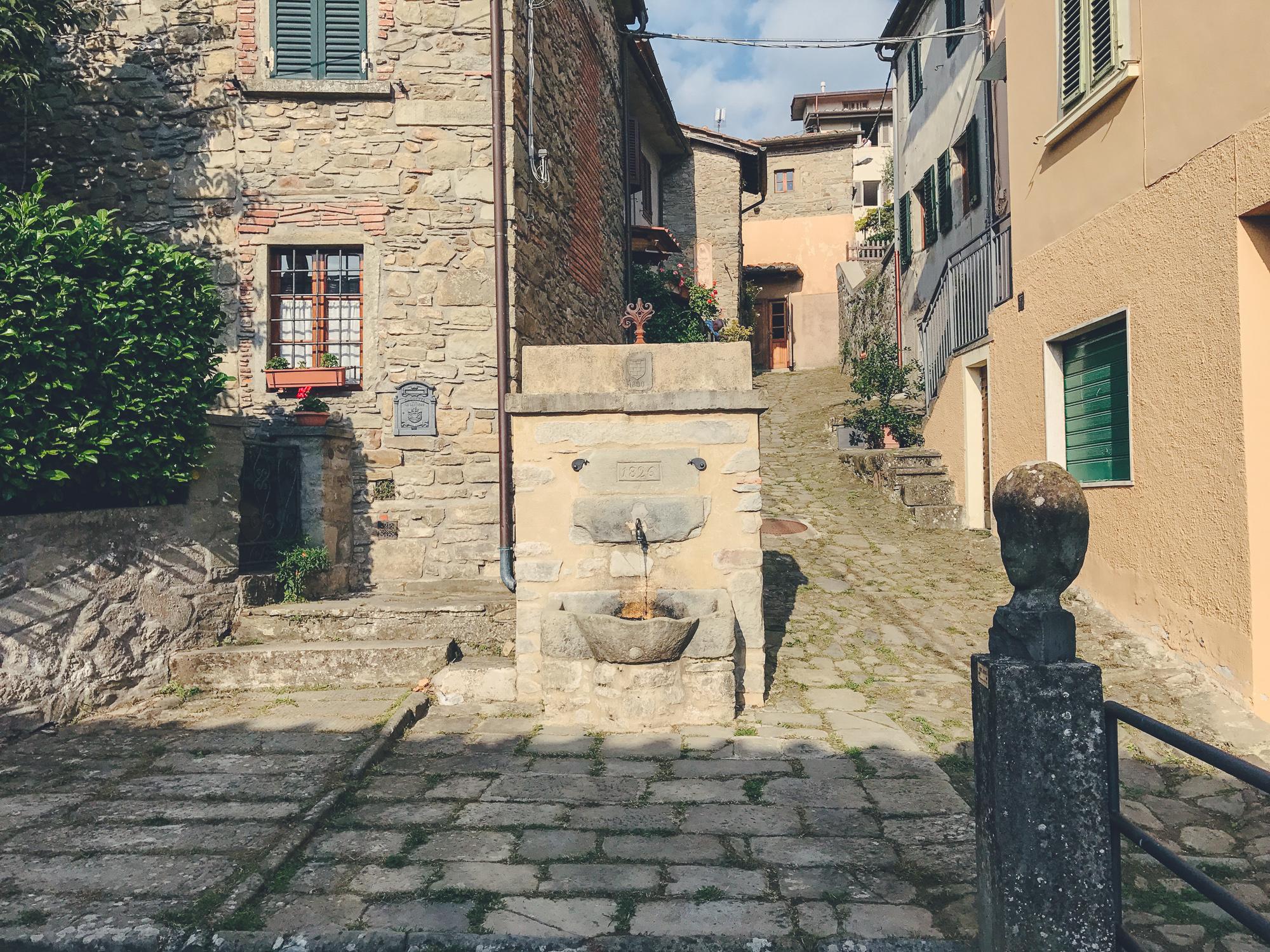 La fontana del 1826 nella piazzetta di Castagno