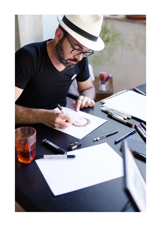 Riccardo Innocenti - Il fumettista di Castagno: al Borgo Museo Festival 2019 c'era la fila davanti alla sua casa per farsi ritrarre a colpi di pennarello!