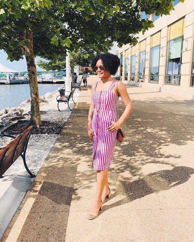 Push through Summer ✨ - I am living for this warm weather and sunshine. As a Caribbean girl, you don't have to guess how much I hate winter. But the weather is getting warmer and my mood brighter with it. - But throw back to last summer when I took this photo at the @nationalharbor and I was living my best life. This summer, I still plan on living it up, only that I'll be in the lab getting as much work done as I can since there won't be any classes to distract me. - What are you plans for this summer?