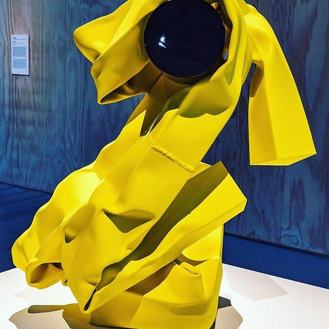 Des formes très différentes selon les angles sous lesquelles on les regarde: tout est une question de point de vue .... #matieresapenser #biennaledivenezia #acier #carolebove #pointdevue #visionboard #yellowart #legerete #artwomen #strongpower #duolife #creativedesign #artdirectors